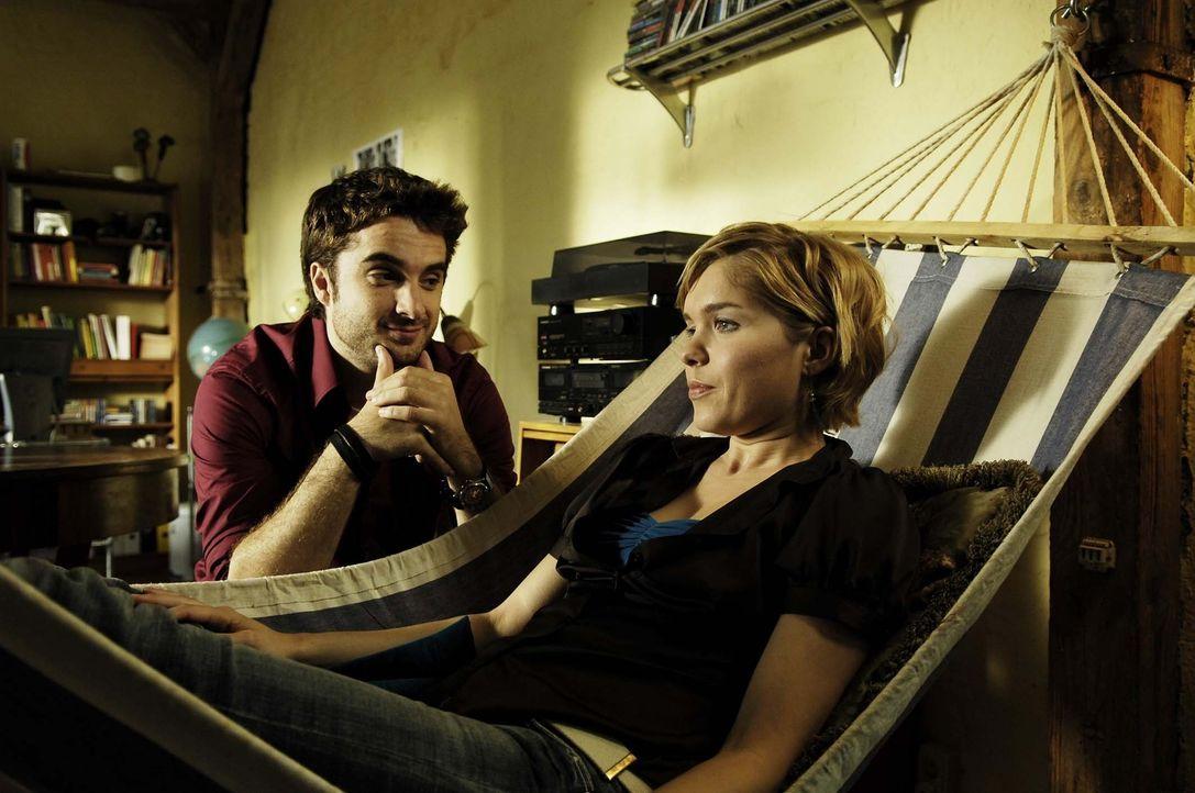 Vic (Anna Kubin, r.) schüttet Björn (Oliver K. Wnuk, l.) ihr Herz aus … - Bildquelle: Gordon Mühle ProSieben