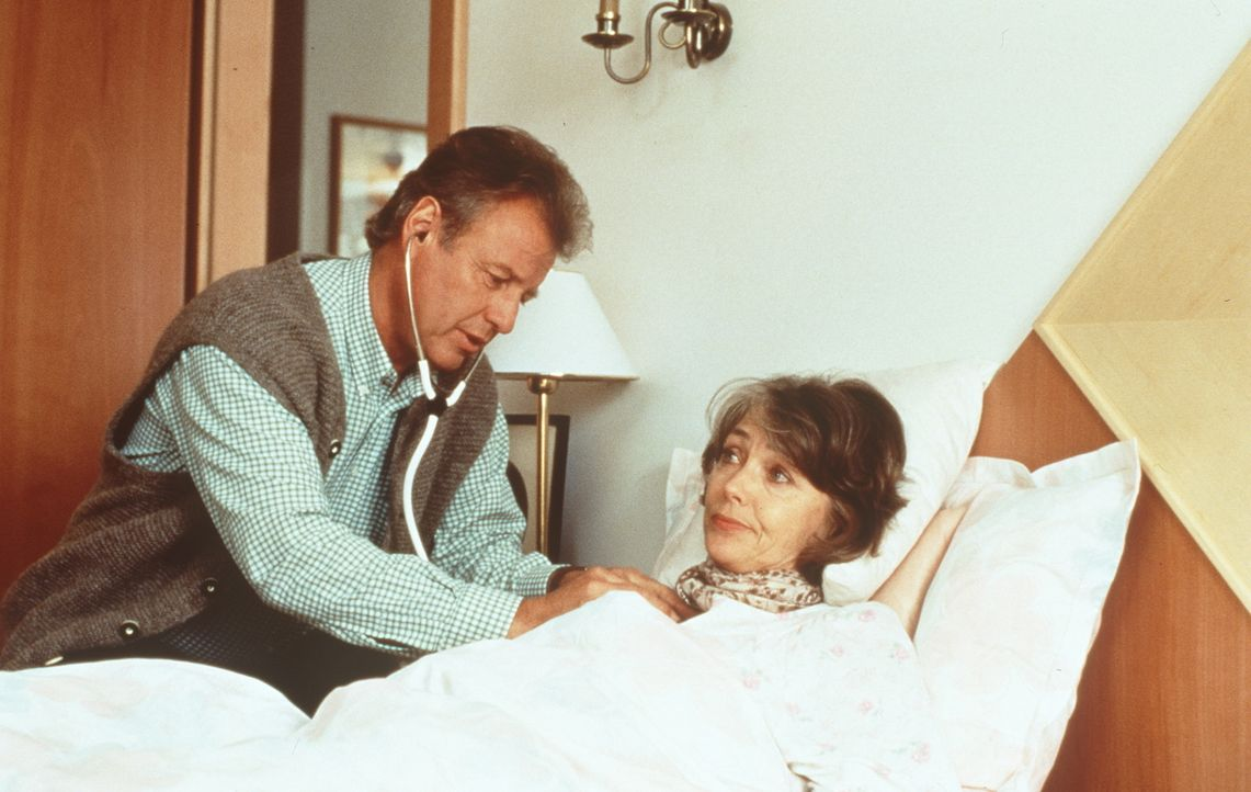 Dr. Thomas Burgner (Gerhart Lippert, l.); Elfriede Angerer (Ingeborg Schöner, r.) - Bildquelle: Beta Film GmbH