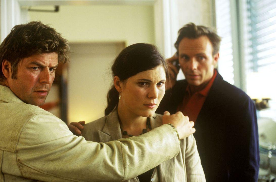 Jupp (Uwe Fellensiek, l.) und Falk (Dirk Martens, r.) stützen Paula Behrmann (Jasmina Djaballah, M.), deren Freund Bodo offenbar Selbstmord begangen... - Bildquelle: Martin Lässig Sat.1