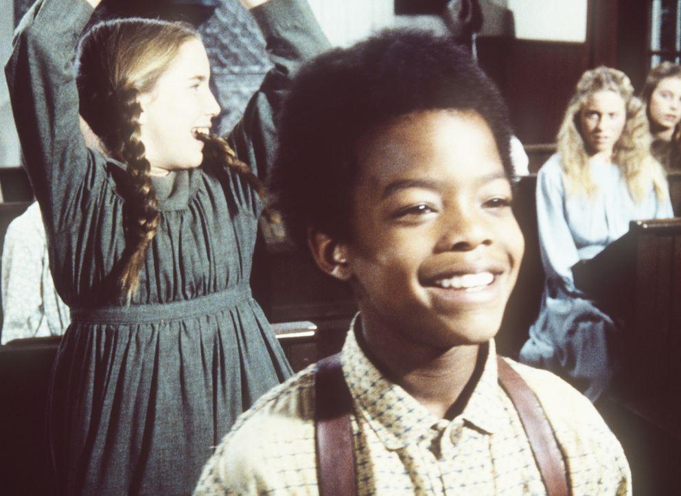 Nach anfänglichen Schwierigkeiten hat Solomon (Todd Bridges, vorne) in der Schule seine ersten Erfolge. Besonders Laura (Melissa Gilbert, l.) freut... - Bildquelle: Worldvision
