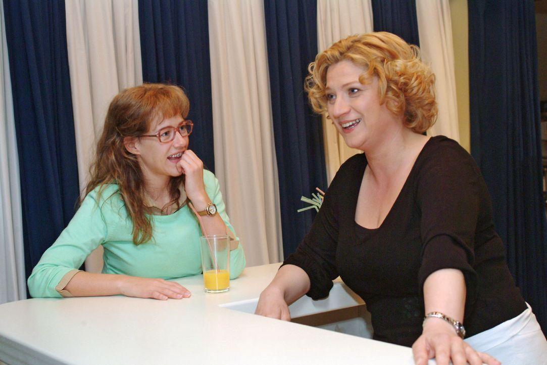 Lisa (Alexandra Neldel, l.) lauscht Agnes' (Susanne Szell, r.) Erzählungen aus früheren Zeiten - und bekommt die Bestätigung, dass David einen guten... - Bildquelle: Monika Schürle Sat.1
