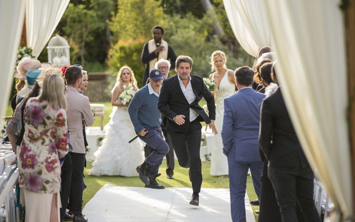 Auf seiner eigenen Hochzeit von der Polizei gejagt: Hochstapler und Betrüger Tom (Steffen Groth, M.) ... - Bildquelle: Charlie Sperring SAT.1