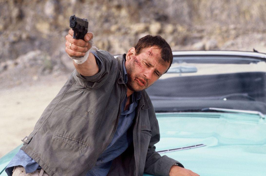 Timo (Frank Stieren) wird unfreiwillig Zeuge einer Schießerei an der Grenze - und gerät dabei in Lebensgefahr ... - Bildquelle: Martin Menke Sat.1