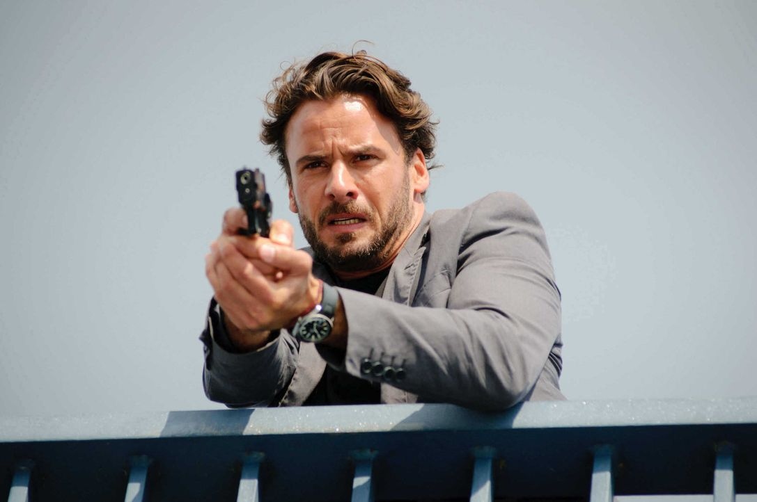 Als ein Dealer erschossen aufgefunden wird, befürchtet Kommissar Marck (Stephan Luca) schon bald, dass sein ehemaliger Mentor, Andreas Wolff, an des... - Bildquelle: Stefan Erhard SAT. 1
