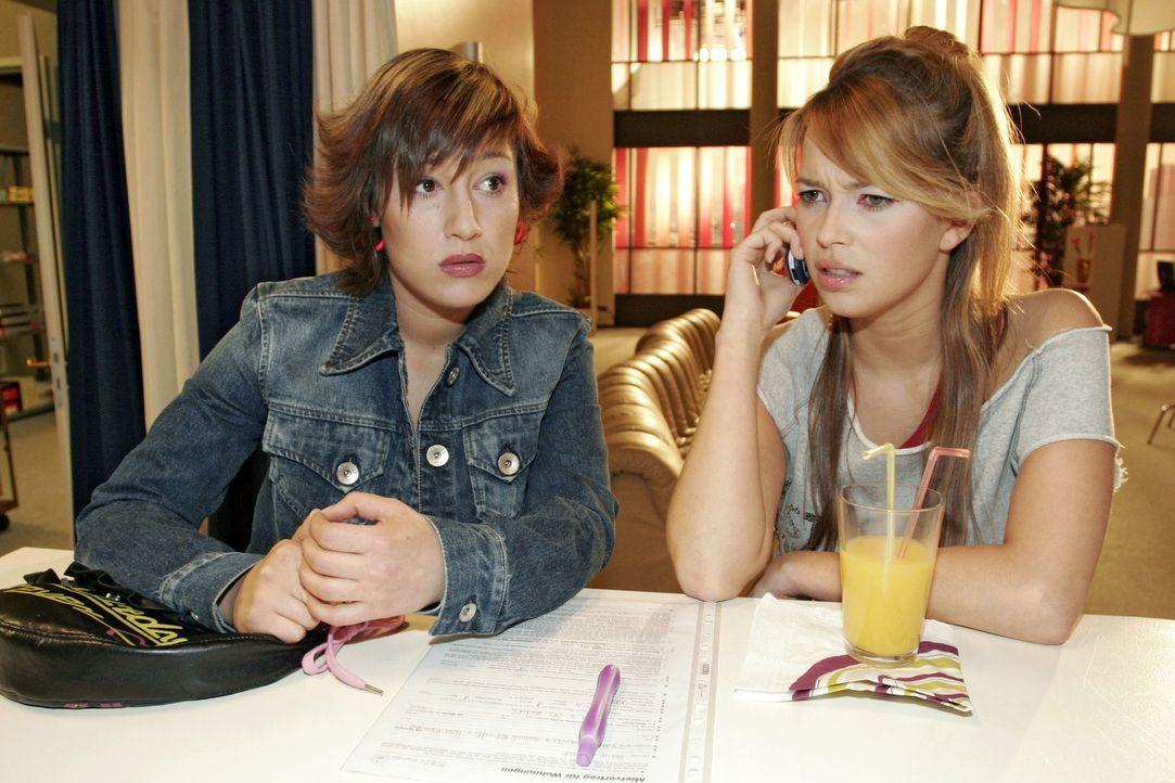 Yvonne (Bärbel Schleker, l.) und Hannah (Laura Osswald, r.) befürchten, dass Lisa in Sachen Frauen-WG einen Rückzieher machen will. - Bildquelle: Noreen Flynn Sat.1