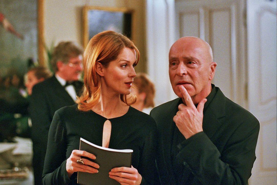 Sandra (Esther Schweins, l.) kommt mit Leclair (Wilfried Baasner, r.) ins Gespräch. - Bildquelle: Jacqueline Krause-Burberg Sat.1