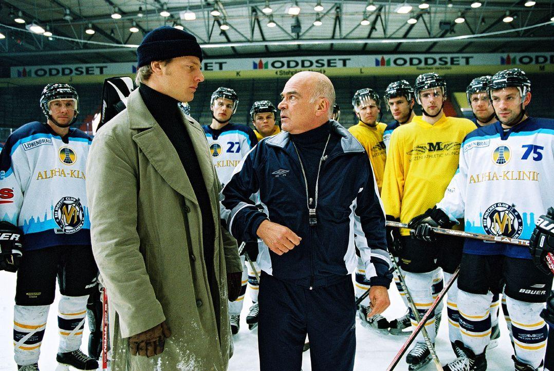 Leo (Henning Baum, l.) verhört den Eishockeytrainer Josef Unzer (Peer Jäger, r.). Der hatte zu dem getöteten Rick Römer ein fast väterliches Ve... - Bildquelle: Christian A. Rieger Sat.1