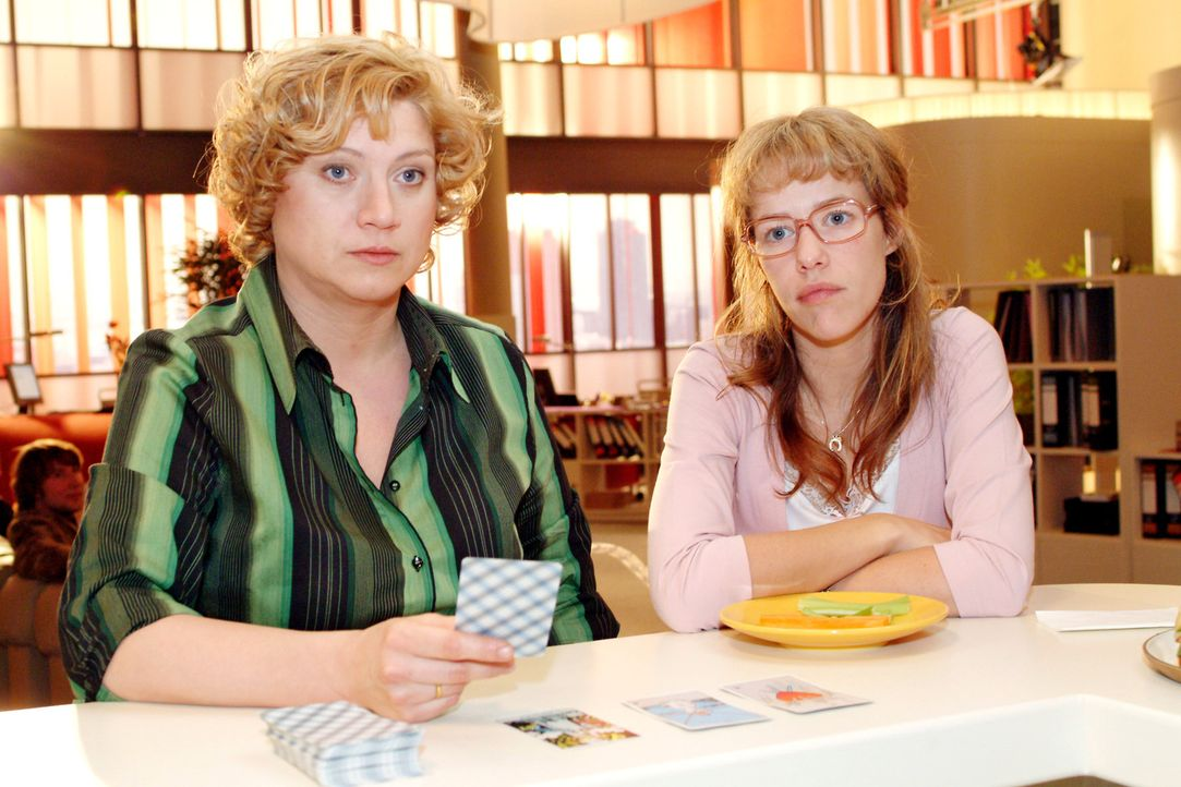 Agnes (Susanne Szell, l.) legt die Tarotkarten und berichtet Lisa (Alexandra Neldel, r.) von den Sorgen und Ängsten, was die Zukunft von Kerima Moda... - Bildquelle: Monika Schürle Sat.1