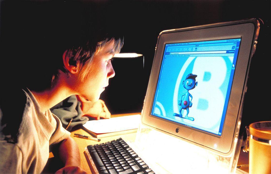 Um das Verhalten seiner trennungswilligen Eltern besser verstehen zu können, surft Fridolin (Max Felder) durchs Internet. Dabei stößt er auf den Kob... - Bildquelle: Rolf von der Heydt ProSieben