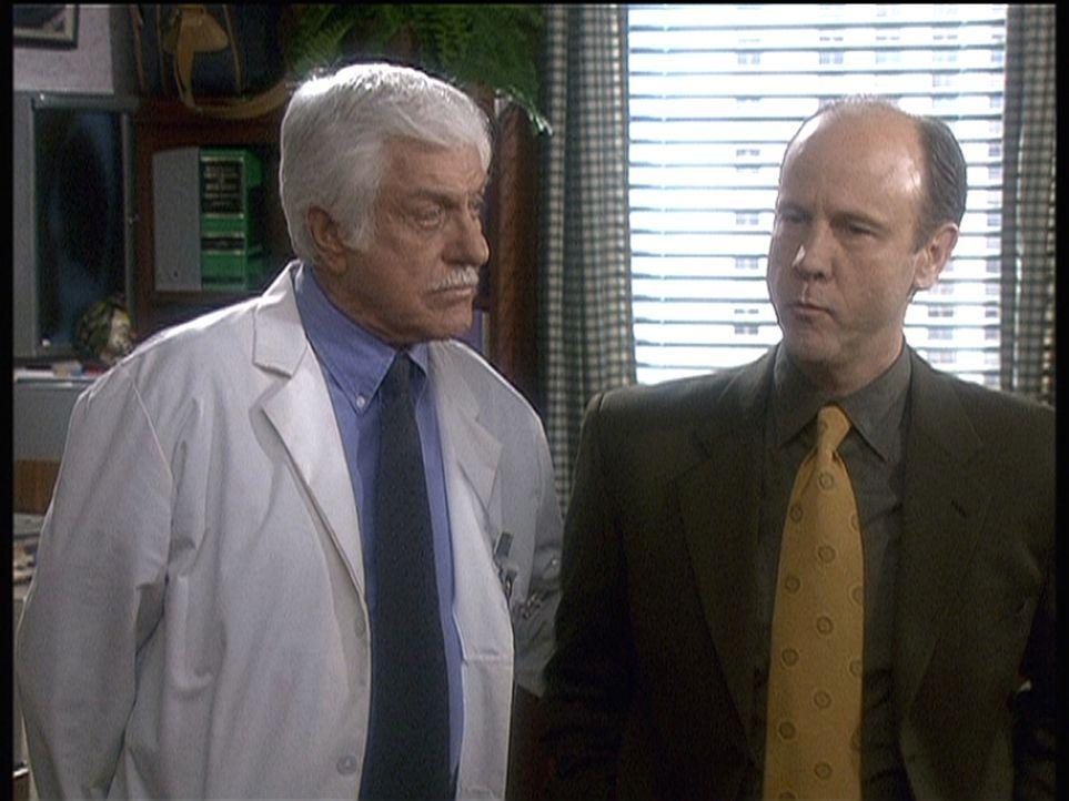 Dr. Mark Sloan (Dick Van Dyke, l.) kann dem vermeintlichen Arzt Frederick Wilson (Jim Ortlieb, r.) nichts nachweisen, obwohl er sich mehrerer Verbre... - Bildquelle: Viacom