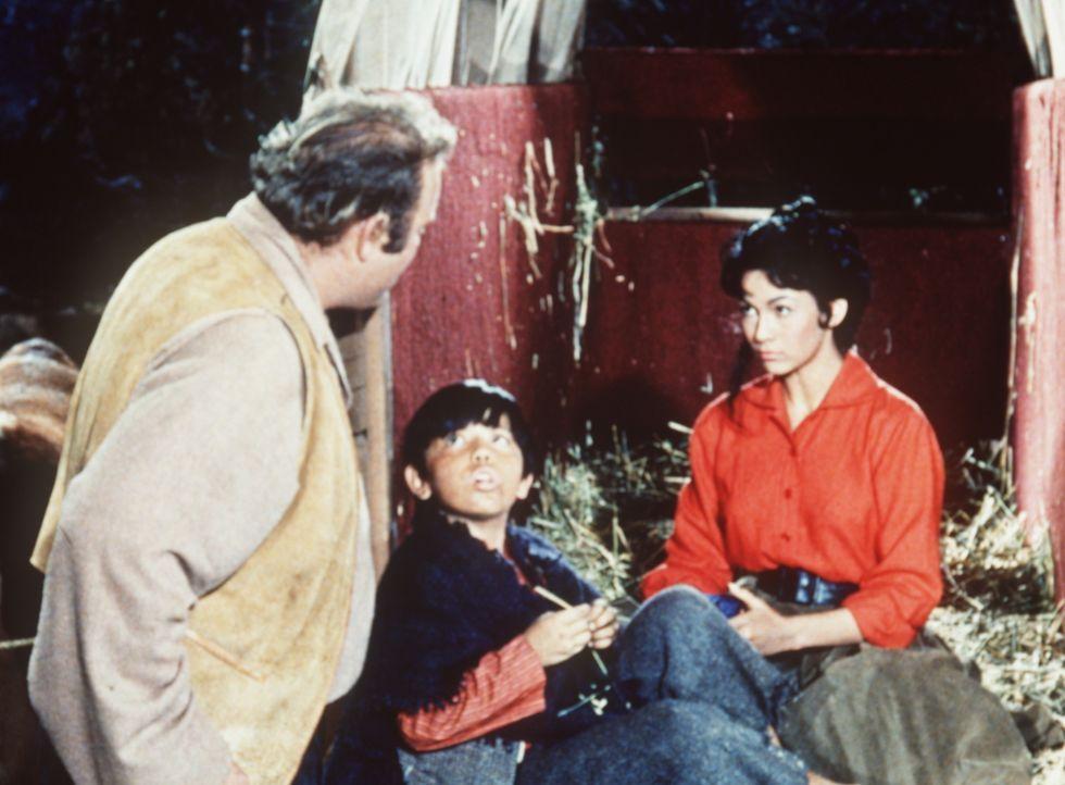 Hoss Cartwright (Dan Blocker, l.) entdeckt, dass sich der kleine Epifanio (Alan Roberts, M.) und Cayetana (Barbara Luna, r.) in seinen Viehwagen ges... - Bildquelle: Paramount Pictures