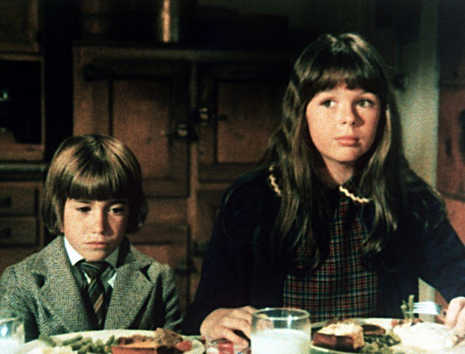 Die Kinder Tess (Sally Boyden, r.) ud Pip (Jeff Cotler, l.) sind aus London nach Waltons Mountain gekommen, um hier den schrecklichen Bombenangriff... - Bildquelle: WARNER BROS. INTERNATIONAL TELEVISION