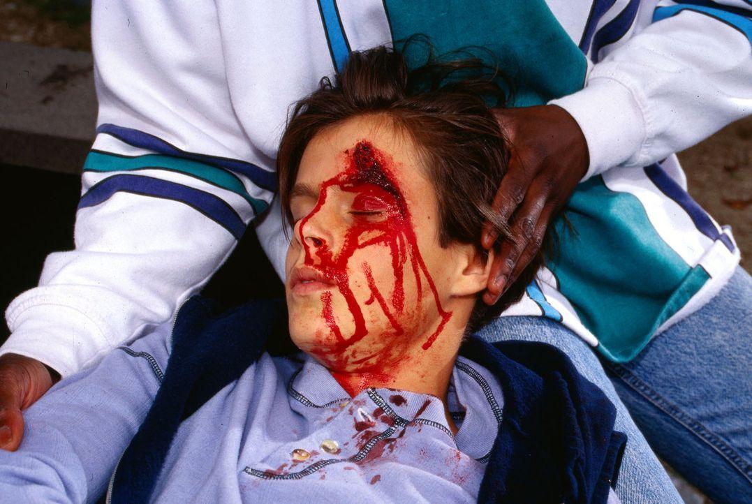 Der 12jährige Heimjunge Oliver (Jan Steilen) verursacht mit einem gestohlenen Auto einen Unfall und wird mit einer Kopfverletzung  von einem Passant... - Bildquelle: Mike Gast Sat.1