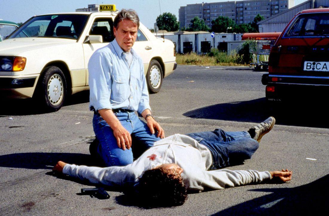 Kommissar Wolff (Jürgen Heinrich, l.) wurde zufällig Zeuge eines Raubüberfalls und hat den unbekannten Einbrecher bei der Verfolgung erschossen ... - Bildquelle: Alfred Raschke Sat.1
