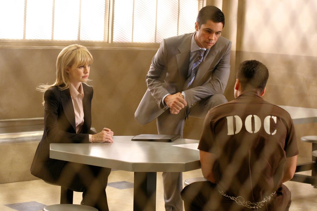 Scott (Danny Pino, M.) und Lilly (Kathryn Morris, l.) verhören Dylan Noakes (Kirk Acevedo, r.), der 1994 wegen Mittäterschaft an einem Mord verurtei... - Bildquelle: Warner Bros. Television