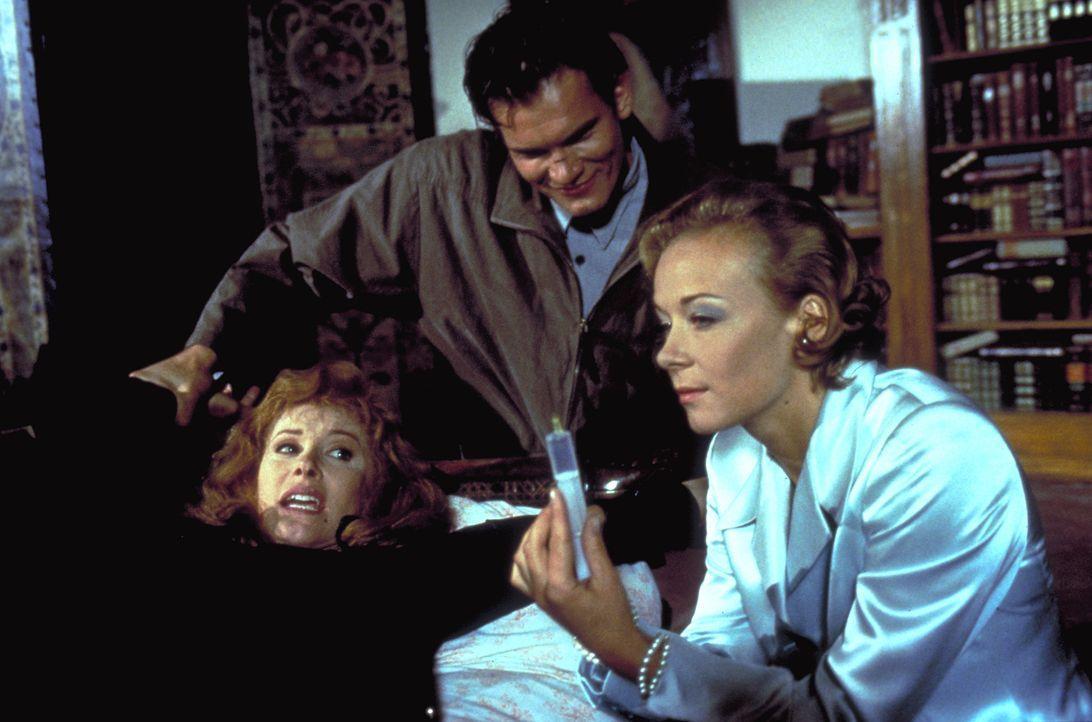 Jennifer (Stefanie Powers, l.) wird von Heinrich (Götz Otto, M.) und Elsa Hellerstadt (Katja Riemann, r.) gekidnappt und in das Schloss von Karl von... - Bildquelle: Columbia Pictures