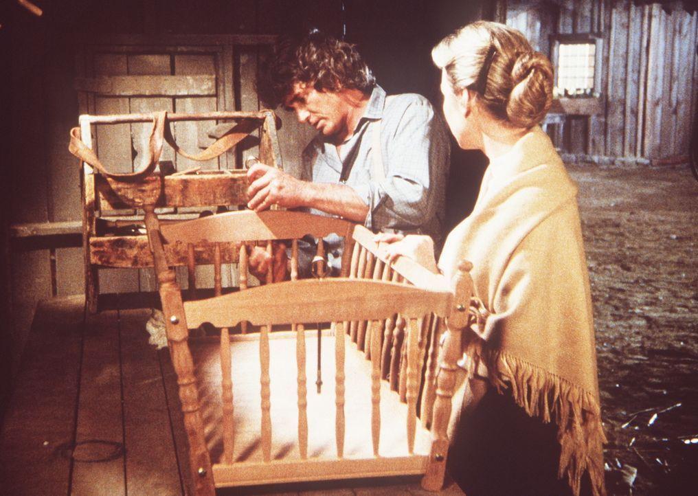 Charles Ingalls (Michael Landon, l.) arbeitet noch spät abends an einer Wiege für sein Enkelkind. Seine Frau Caroline (Karen Grassle, r.) fragt ihn,... - Bildquelle: Worldvision