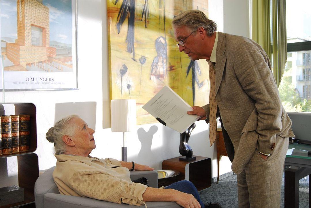 Anton Rambold (Gerd Anthoff, r.) verkauft Resi Berghammer (Ruth Drexel, l.) ein für ihn wertloses Gelände ... - Bildquelle: Hans Seidenabel Sat.1