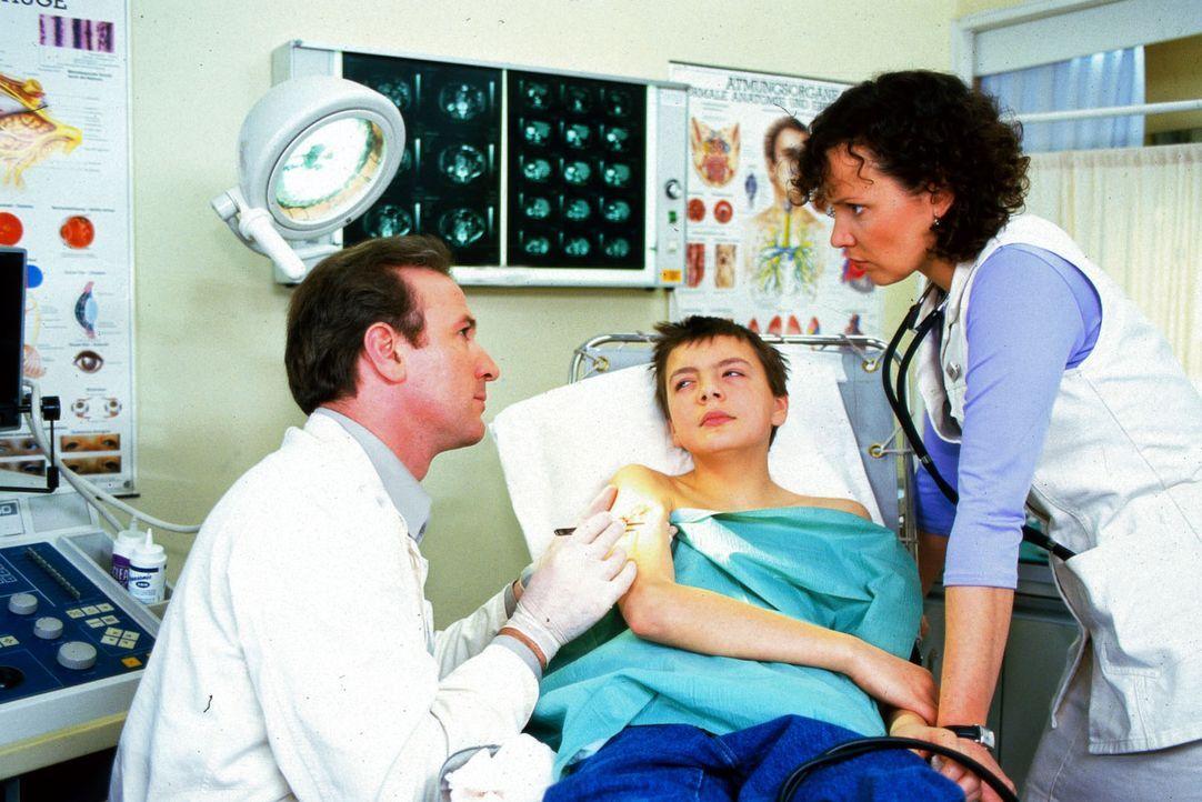 Dr. Forch (Stefan Walz, l.) und Schwester Stefanny (Julia Hentschel, r.) kümmern sich um den jungen Serge (Michael Paderin, M.). - Bildquelle: Noreen Flynn Sat.1