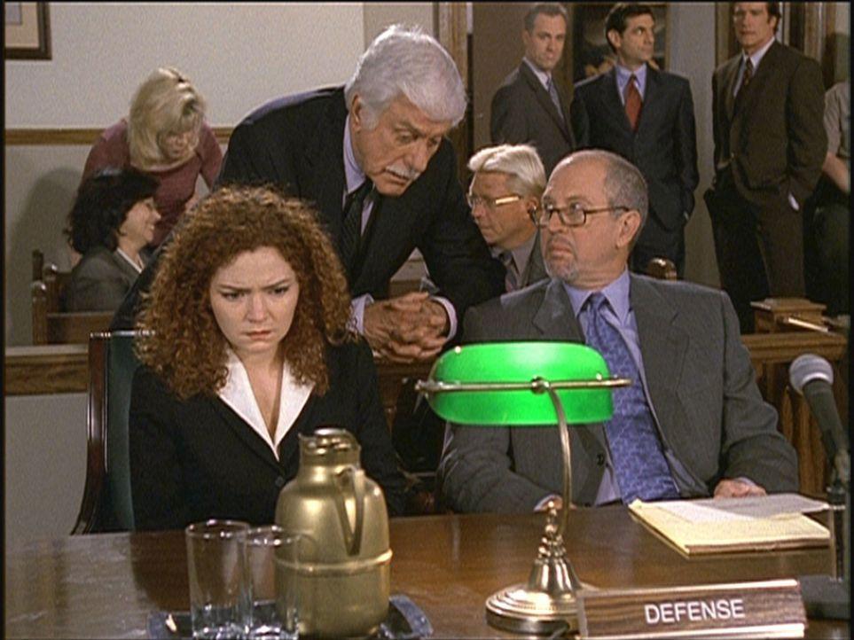 Mark (Dick Van Dyke, M.) kündigt Jill (Brigid Conley Walsh, l.) und deren Verteidiger McNamara (Granville Van Dusen, r.) an, dass er einen Belastung... - Bildquelle: Viacom