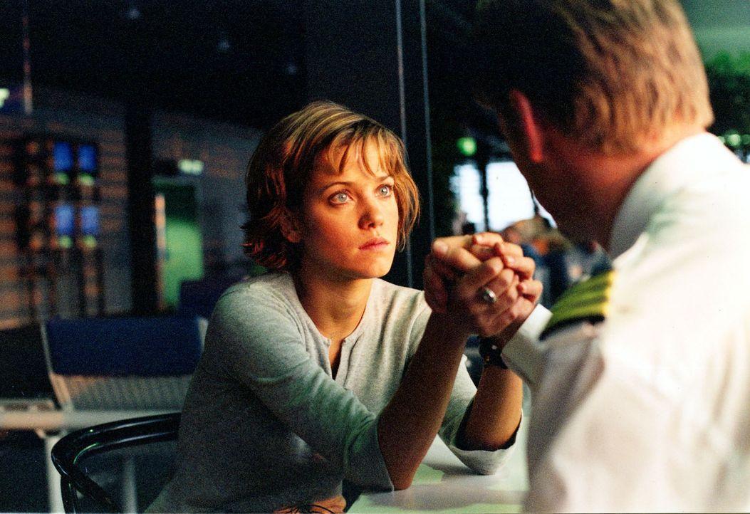Jenny (Muriel Baumeister, l.) ist sehr in den Piloten Tom (Kai Scheve, r.) verliebt. Bisher hat sie ihm allerdings noch nichts über ihre Tochter erz... - Bildquelle: Sonja Trümper Sat.1