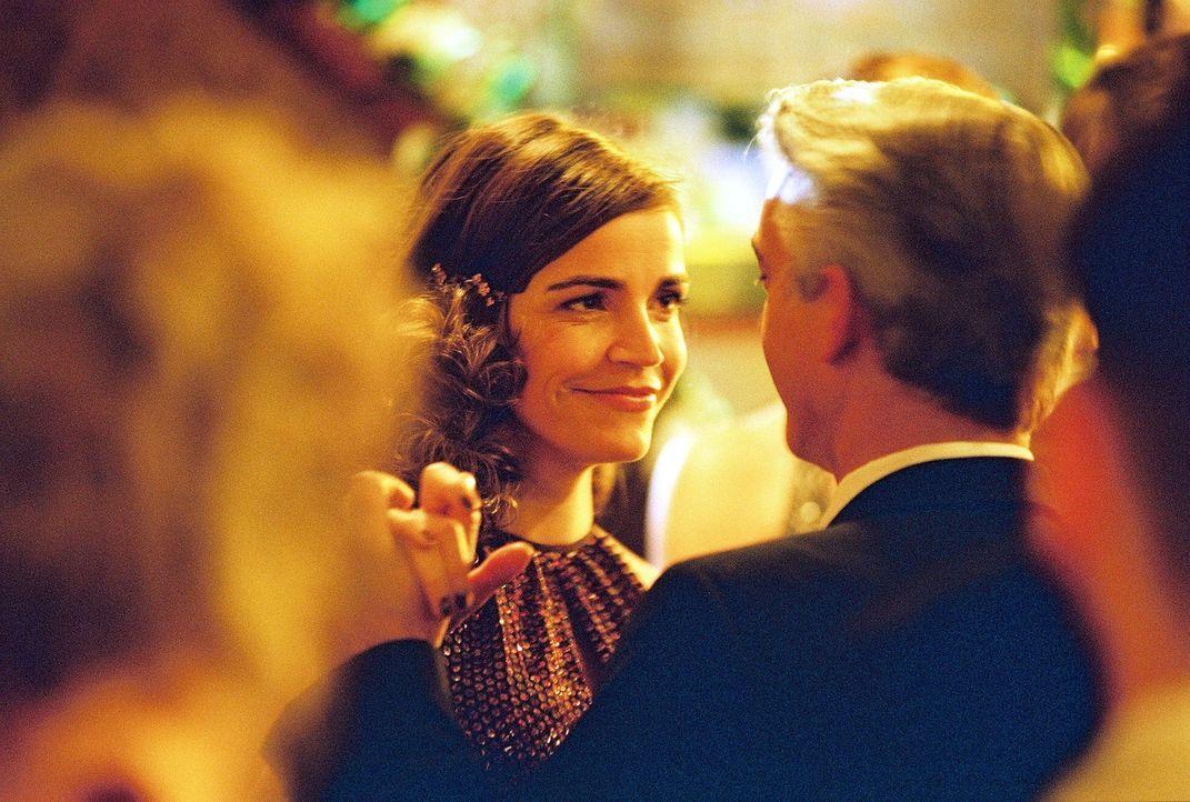 Sandra (Rebecca Immanuel, l.) hat Geburtstag und wagt ein Tänzchen mit ihrem Kollegen (Christoph M. Ohrt, r.). - Bildquelle: Hardy Spitz Sat.1