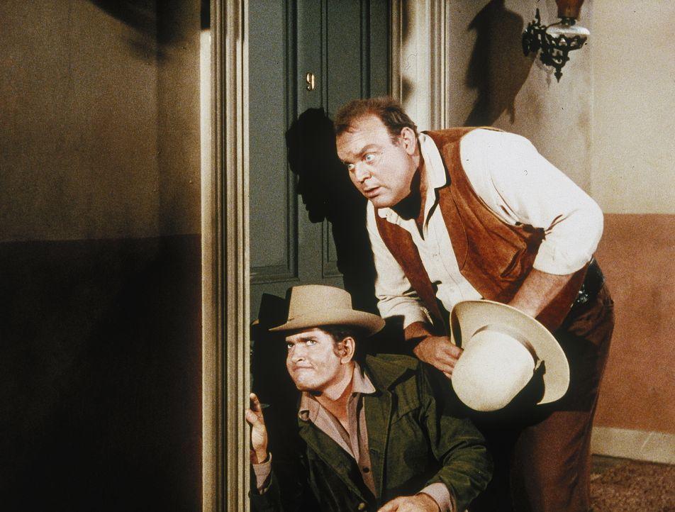 Seit neuestem verschlingt Little Joe (Michael Landon, l.) einen Krimi nach dem anderen. So kommt es, dass er schon bald überall ein Verbrechen witte... - Bildquelle: Paramount Pictures