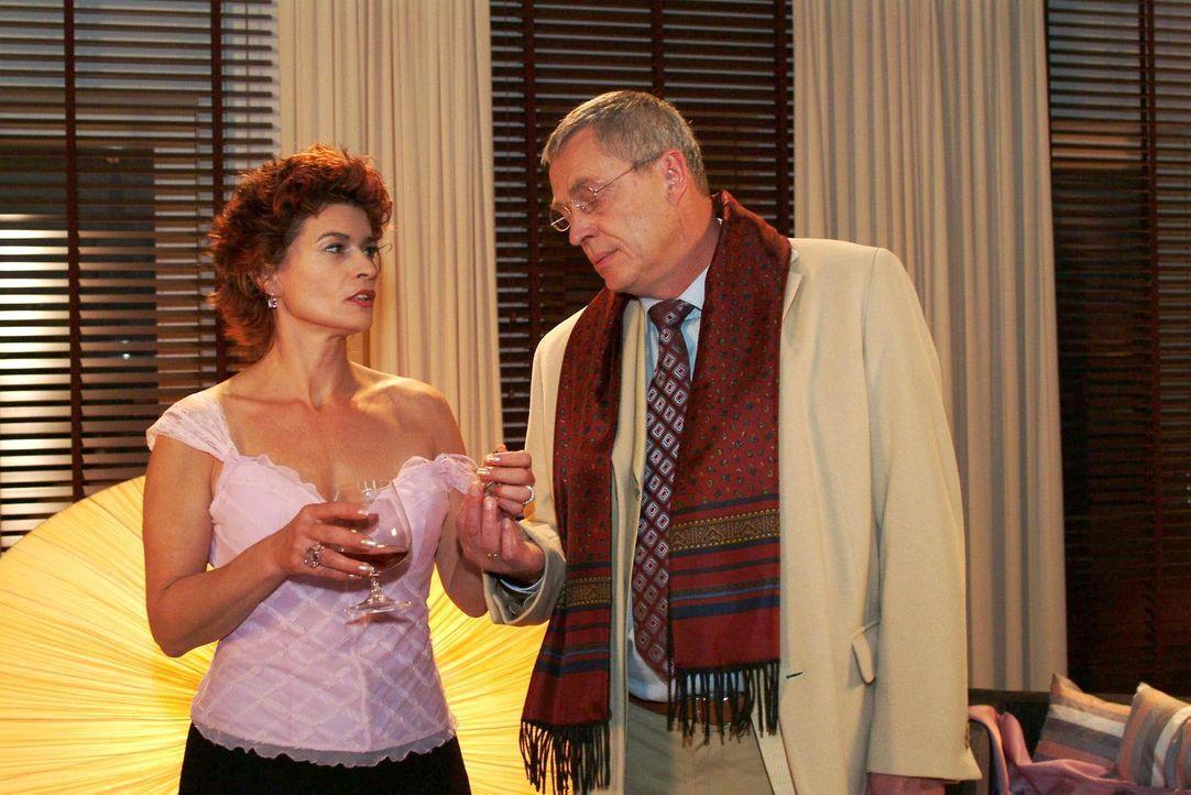Sophie (Gabrielle Scharnitzky, l.) ist froh, als Friedrich (Wilhelm Manske, r.) sie besucht und mit ihr reden will. - Bildquelle: Monika Schürle Sat.1