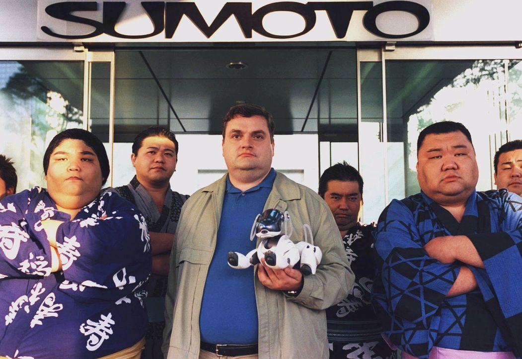 Für Stunden blockiert Uli (Christoph Hagen Dittmann, M.) mit seinem Freund, dem Sumo-Ringer Wajima (Noboru Asada, l.) und dessen Freunden den Sumoto... - Bildquelle: Marco Nagel Sat.1