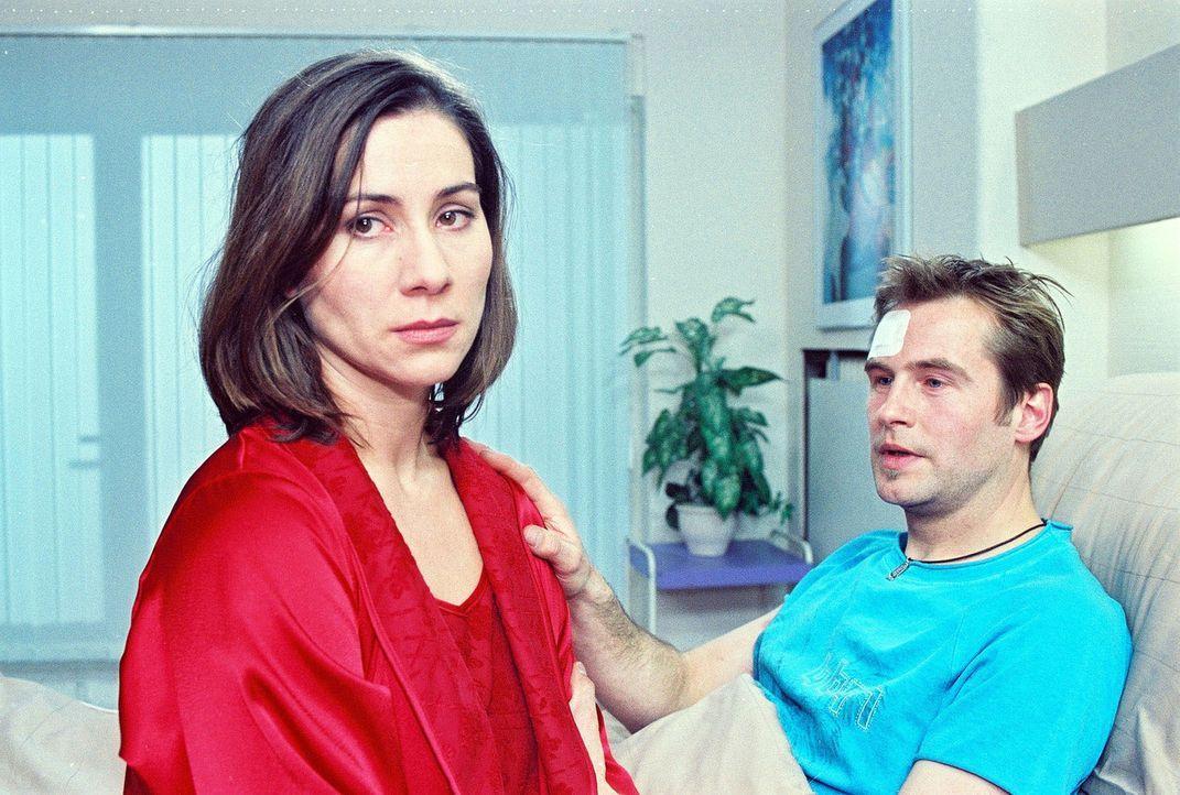 Pauline Konrad (Annett Kruschke, l.) muss sich zwischen ihrem Mann Marcel (Rainer Frank, r.) und ihrem Schwager Denis entscheiden. - Bildquelle: Noreen Flynn Sat.1