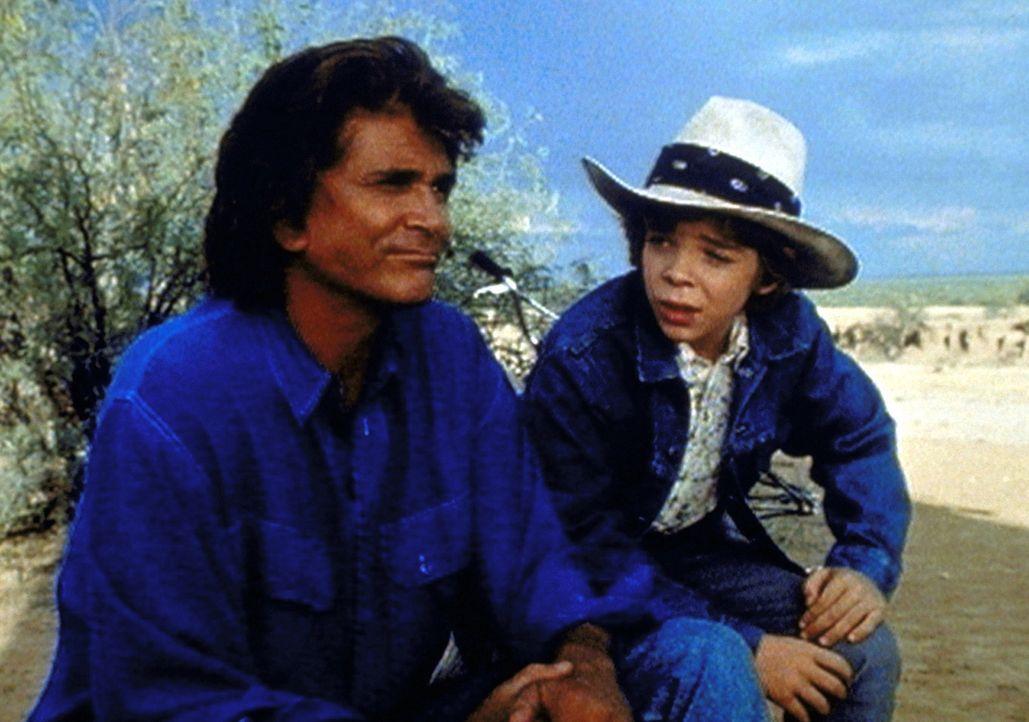 Jonathan (Michael Landon, l.) freundet sich mit dem kleinen Ranchersohn Richie (Jason Horst, r.) an. - Bildquelle: Worldvision Enterprises, Inc.