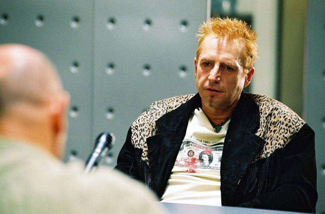 """""""Rod Stewart"""" (Martin Semmelrogge, r.) wird von Merten (Jürgen Schornagel, l.) verhört. - Bildquelle: Gordon Mühle Sat.1"""