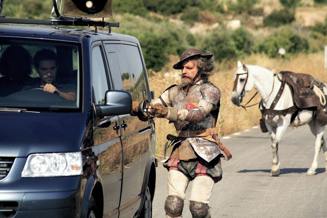 """Don Quichote (Christoph Maria Herbst) reitet unbeeindruckt auf die """"Kutsche"""" zu und zückt sein Schwert, um seine geliebte Dulcinea aus den Händen ih... - Bildquelle: Christian Hartmann Sat.1"""