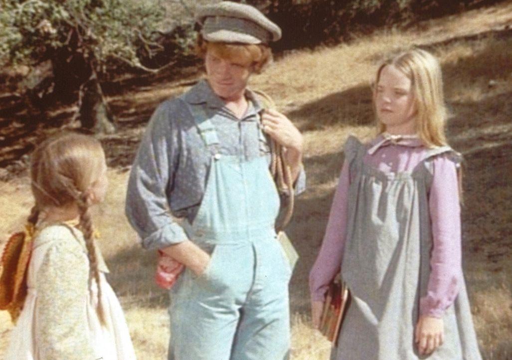 Laura (Melissa Gilbert, l.), Mary (Melissa Sue Anderson, r.) und ihr neuer Mitschüler Johnny Johnson (Mitch Vogel, M.) haben den gleichen Schulweg. - Bildquelle: Worldvision