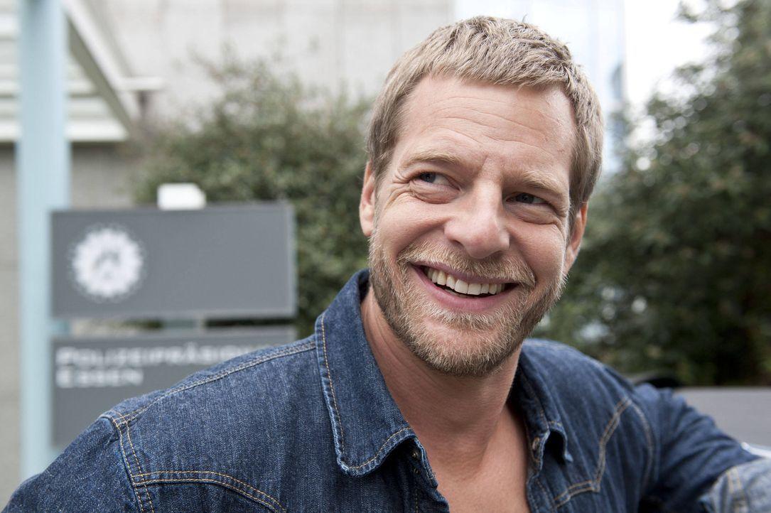 (3. Staffel) - Alles was er braucht, beherrscht er auch - und die Wäsche macht ihm Uschi: Mick (Henning Baum) ... - Bildquelle: Martin Rottenkolber SAT.1 / Martin Rottenkolber