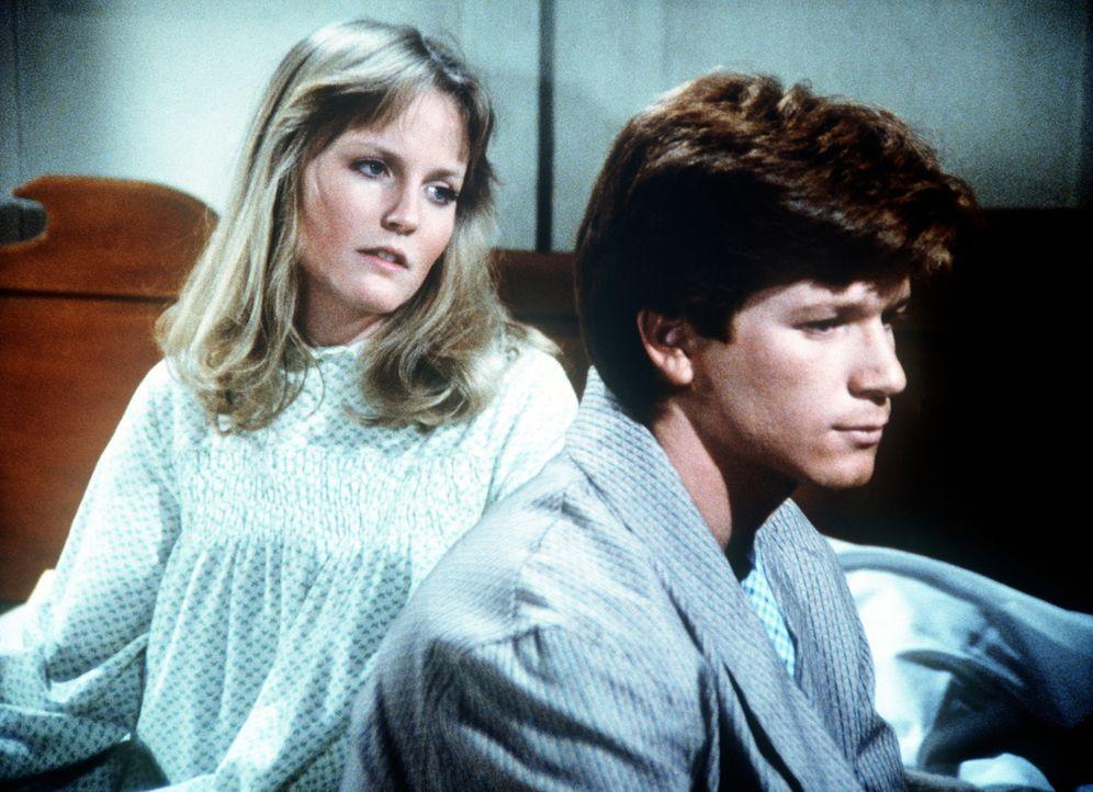Ben (Eric Scott, r.) spricht mit Cindy (Leslie Winston, l.) darüber, dass er Soldat werden will. - Bildquelle: WARNER BROS. INTERNATIONAL TELEVISION
