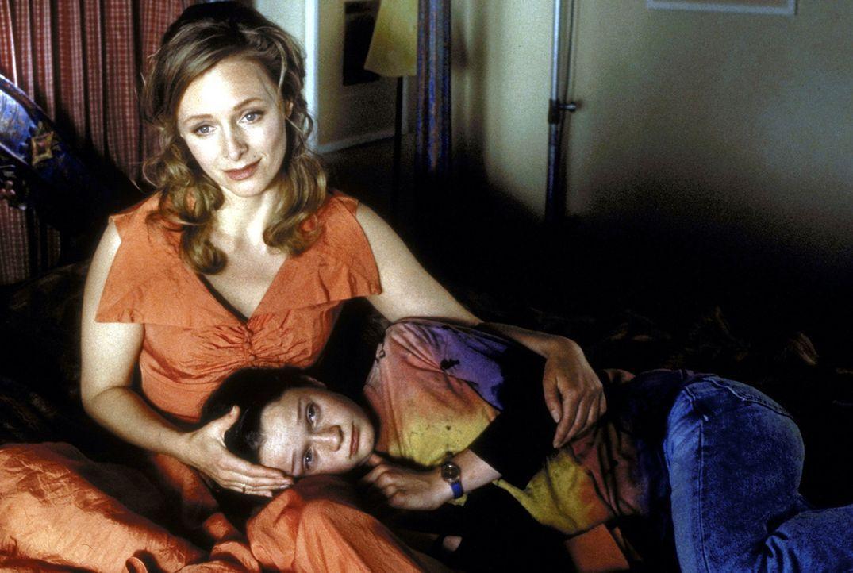 Gemeinsam einsam: Ally (Marita Marschall, l.) und ihre Tochter Jess (Natalie Spinell-Beck, r.) sind in ihrem Unglück vereint ... - Bildquelle: Andreas Kaysser ProSieben