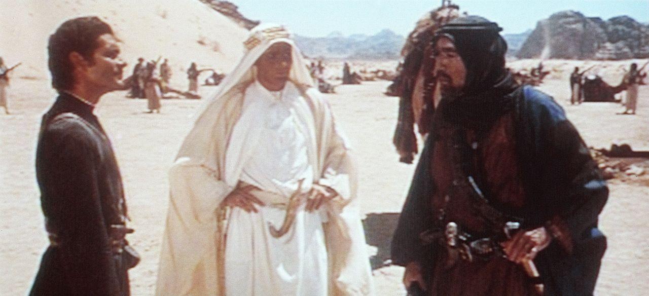T. E. Lawrence (Peter O'Toole, M.) kann Sherif Ali ibn el Kharisch (Omar Sharif, l.) und Auda Abu Tayi (Anthony Quinn, r.) von seiner Mission überze... - Bildquelle: Columbia Pictures