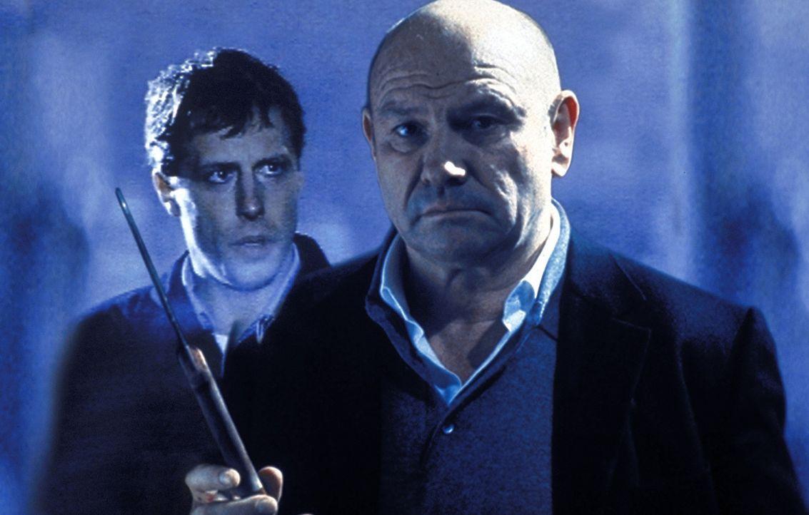Michael (Oliver Korittke, l.) kann und will nicht glauben, dass sein Patenonkel David (Klaus Löwitsch, r.) in die brutalen Morde verwickelt ist ... - Bildquelle: Meier