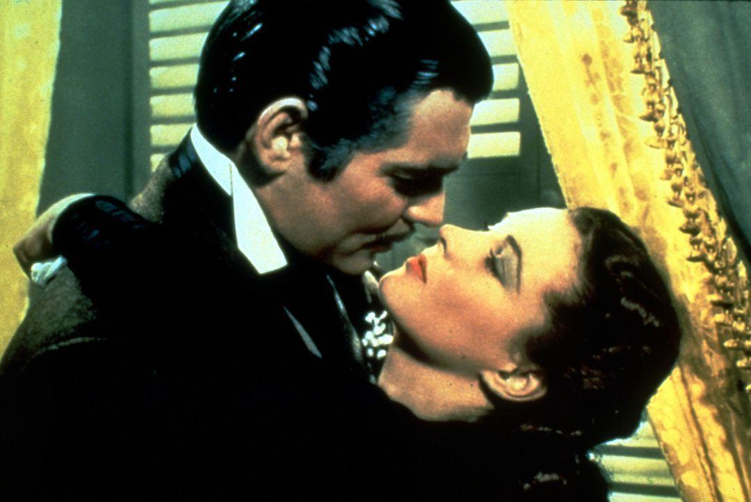 Obwohl ihr Rhett Butler (Clark Gable, l.) sein Herz zu Füßen legt, kann Scarlett (Vivien Leigh, r.) ihren spießigen Ashley nicht vergessen. Doch dan... - Bildquelle: Metro-Goldwyn-Mayer (MGM)