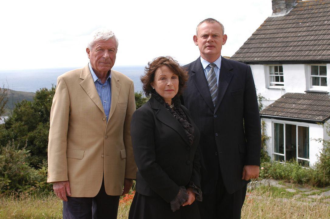 Doc Martin (Martin Clunes, r.) hat seine Eltern, Christopher (John Woodvine, l.) und Margaret (Claire Bloom, M.), seit nunmehr sieben Jahren nicht g... - Bildquelle: BUFFALO PICTURES/ITV