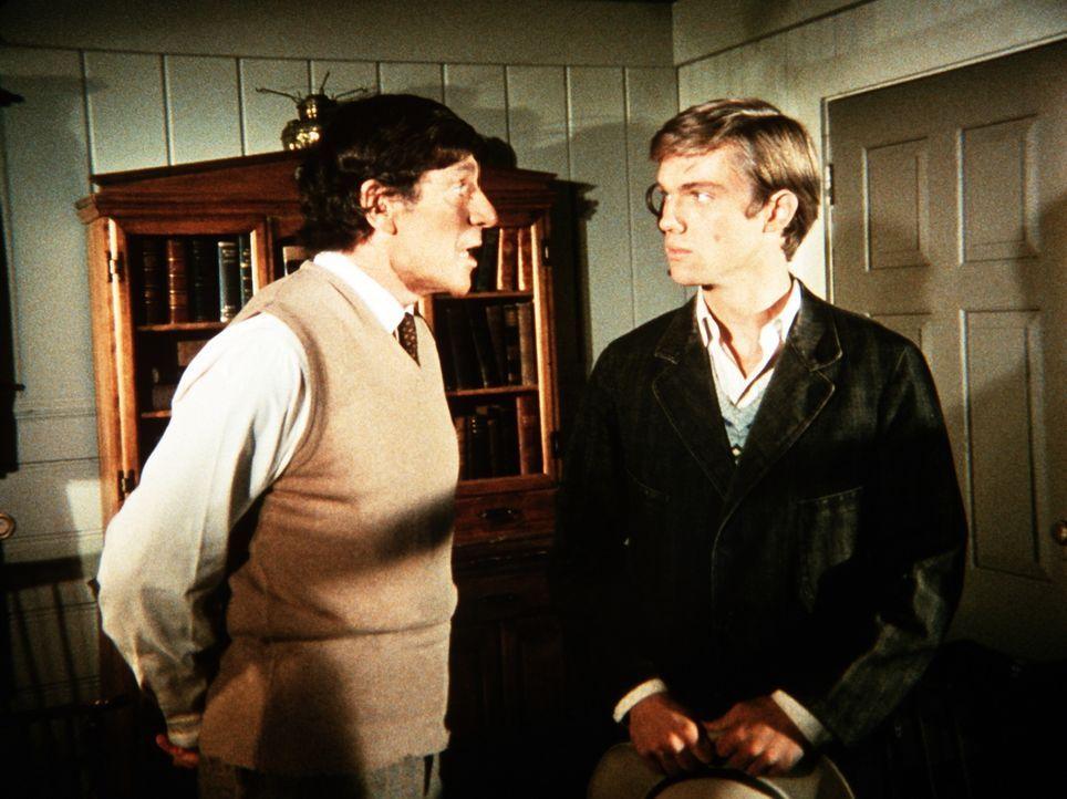 John-Boy (Richard Thomas, r.) unterhält sich mit seinem neuen Nachbarn Professor Mann (Noah Keen, l.). Er ist der Vater einer jüdischen Familie, die... - Bildquelle: WARNER BROS. INTERNATIONAL TELEVISION