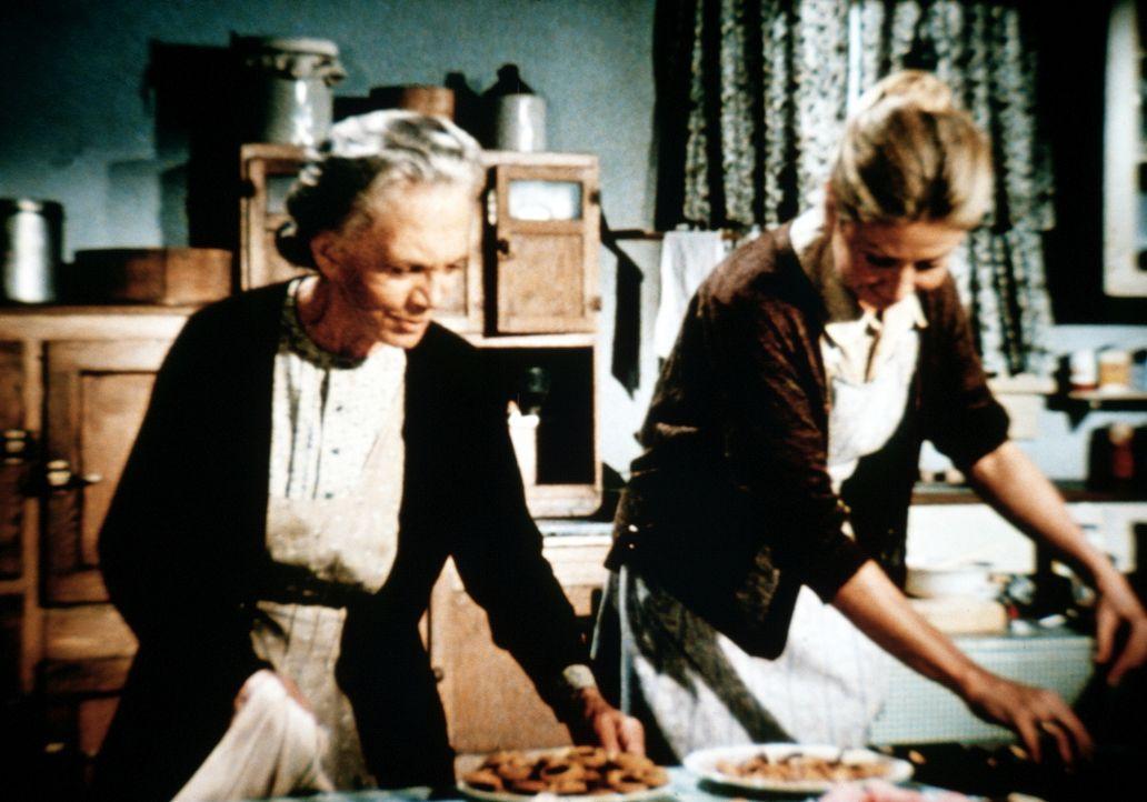 Ester (Ellen Corby, l.) und Olivia (Michael Learned, r.) bereiten das bevorstehende Weihnachtsfest vor. - Bildquelle: WARNER BROS. INTERNATIONAL TELEVISION