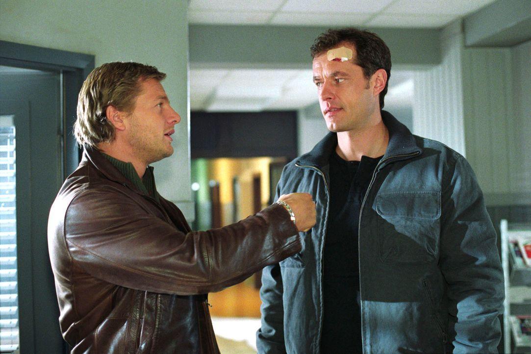 Franzen (Joachim Kretzer, r.) sucht Leo (Henning Baum, l.) auf, um ihm einen Verdacht mitzuteilen: Er vermutet, dass jemand aus dem Polizeiapparat m... - Bildquelle: Christian A. Rieger Sat.1