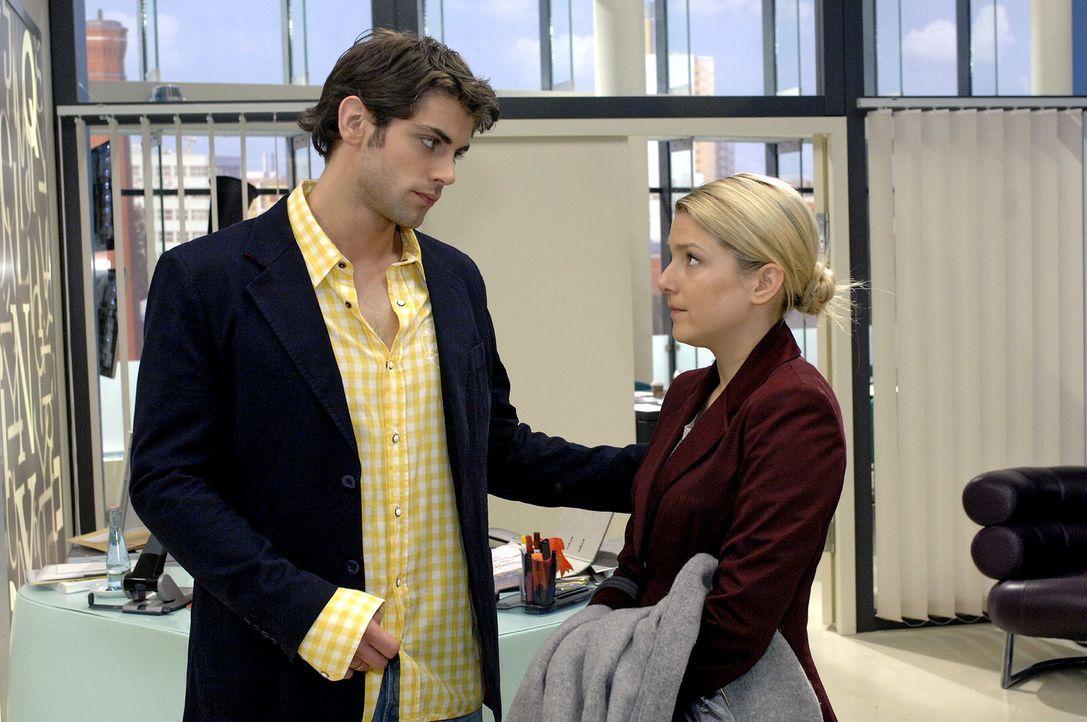 Anna (Jeanette Biedermann, r.) muss schockiert feststellen, dass Jonas (Roy Peter Link. l.) inzwischen über ihre Liebeserklärung Bescheid weiß. - Bildquelle: Oliver Ziebe Sat.1