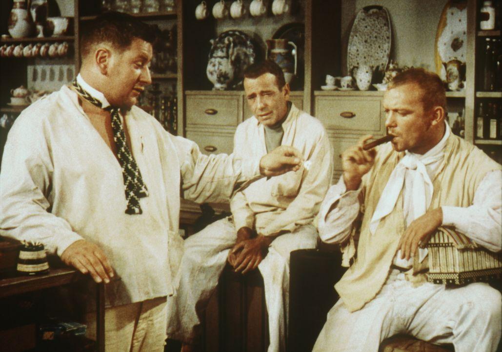 Zufrieden rauchen die drei Gauner Jules (Peter Ustinov, l.), Joseph (Humphrey Bogart, M.) und Albert (Aldo Ray, r.) eine Zigarre, bevor sie sich wie... - Bildquelle: Paramount Pictures