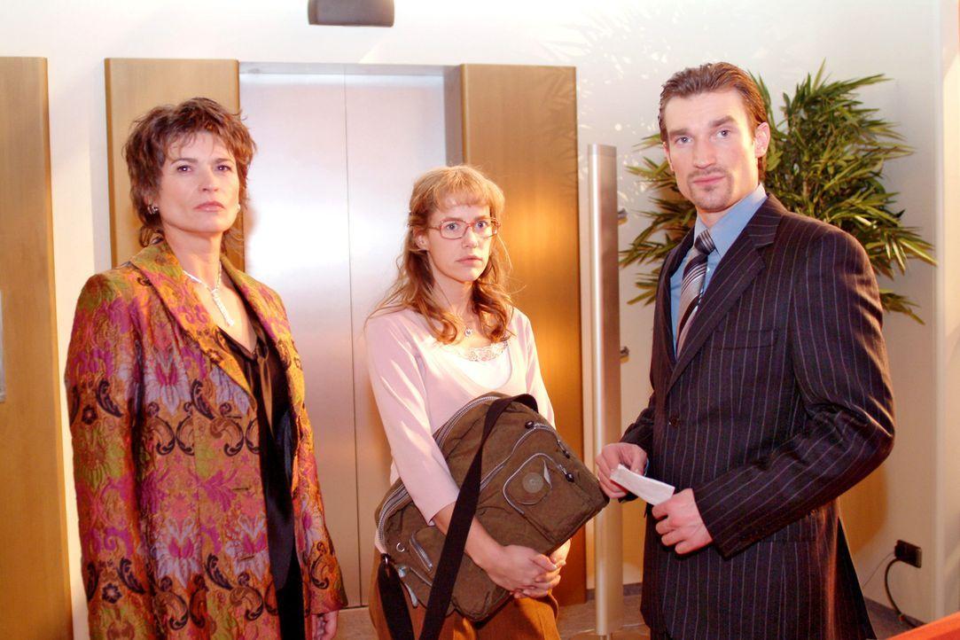 Sophie (Gabrielle Scharnitzky, l.) und Richard (Karim Köster, r.) bemerken, dass Lisa (Alexandra Neldel, M.) gereizt ist. (Dieses Foto von Alexandra... - Bildquelle: Monika Schürle Sat.1