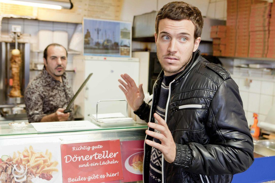 Ein Fall für Danni: Thorsten (Tobias van Dieken, r.) sucht einen Job und möchte nun den Imbissbesitzer Mesut (Adnan Maral, l.) verklagen, weil diese... - Bildquelle: Frank Dicks SAT.1
