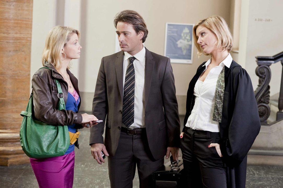 Ein unangenehmes Zusammentreffen: Nina (Julia Stinshoff, r.), Oliver (Jan Sosniok, M.) und Danni (Annette Frier, l.) ... - Bildquelle: Frank Dicks SAT.1