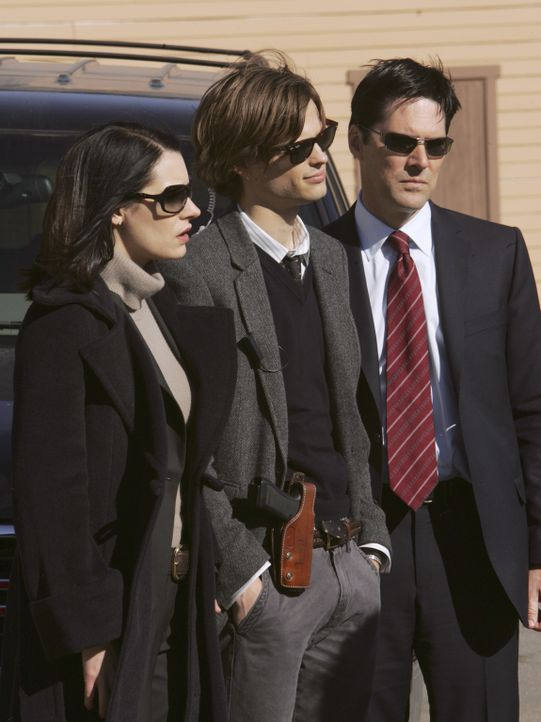 In Golconda, Nevada, werden Leichenteile gefunden. Emily Prentiss (Paget Brewster, l.), Reid (Matthew Gray Gubler, M.) und Hotch (Thomas Gibson, r.)... - Bildquelle: Monty Brinton 2006 Touchstone Television. All rights reserved. NO ARCHIVE. NO RESALE.
